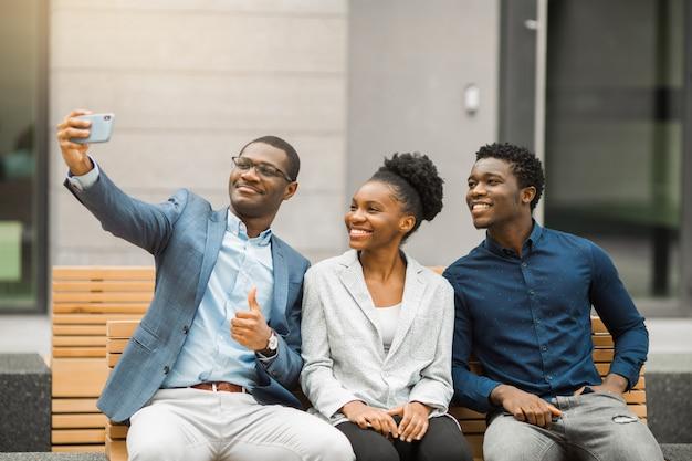 Equipe de jovens africanos homens e mulheres