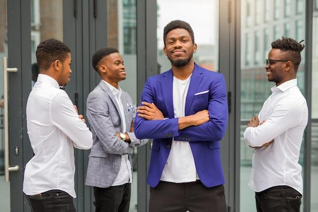 Equipe de jovens africanos perto do prédio