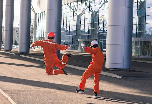 Equipe de jovens engenheiros feliz pulando após um trabalho pesado.