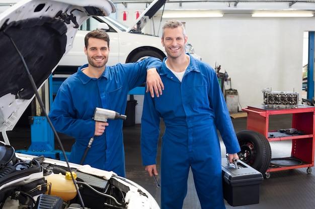 Equipe de mecânicos trabalhando juntos