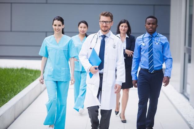 Equipe de médicos caminhando em uma fileira