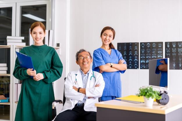 Equipe de médicos de retrato no hospital de escritório