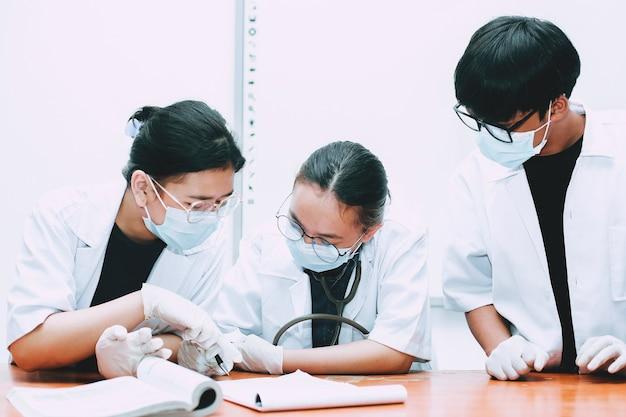 Equipe de médicos discutindo diagnóstico, tratamento do paciente durante a conferência