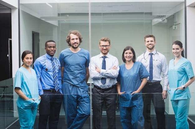 Equipe de médicos em pé no corredor