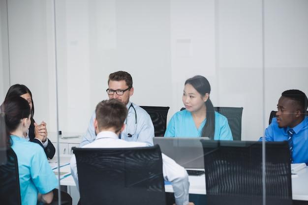 Equipe de médicos em reunião