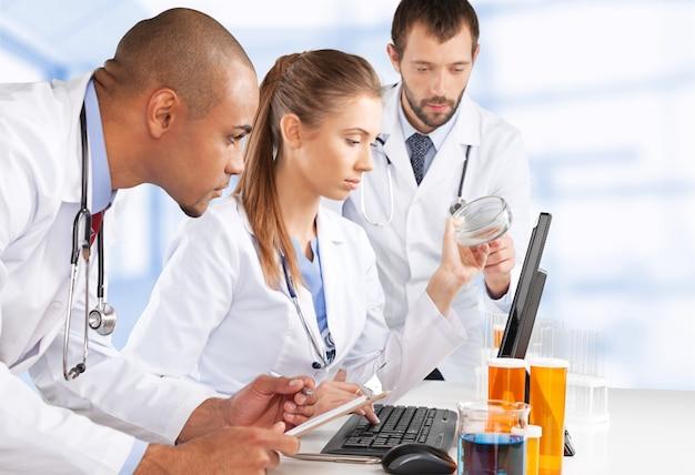 Equipe de médicos falando experiência em hospital e trabalhando no laboratório