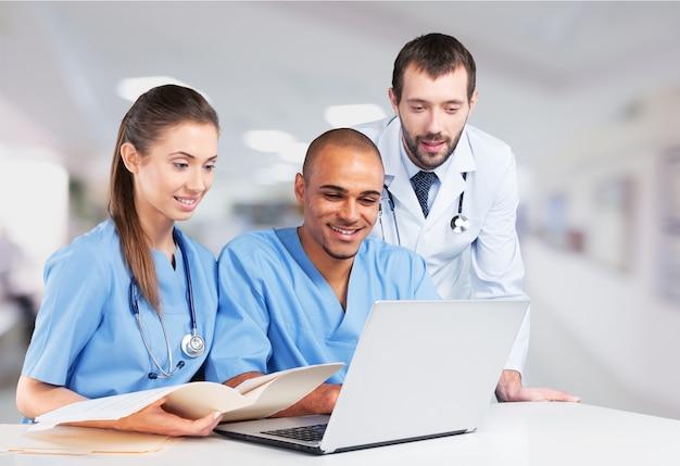 Equipe de médicos falando sobre experiência em hospital