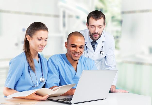 Equipe de médicos falando sobre experiência em segundo plano