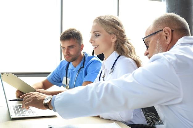 Equipe de médicos modernos discutindo os problemas.