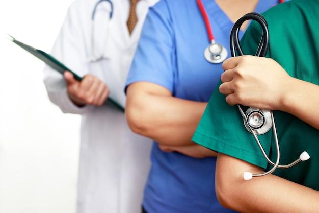 Equipe de médicos prontos para cuidar de pessoas que estão doentes com covid-19 no hospital