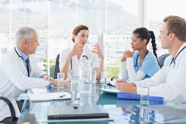 Equipe de médicos sorridentes, tendo uma reunião