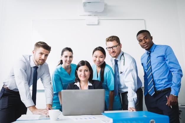 Equipe de médicos sorrindo na sala de conferências