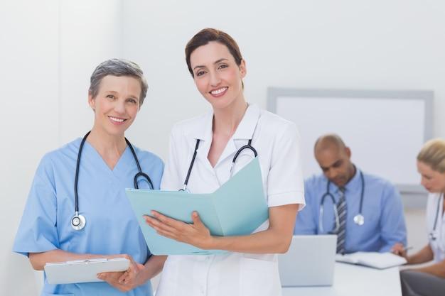 Equipe de médicos trabalhando em seus arquivos