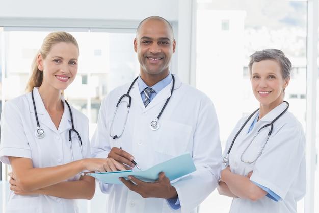 Equipe de médicos trabalhando juntos no arquivo de pacientes