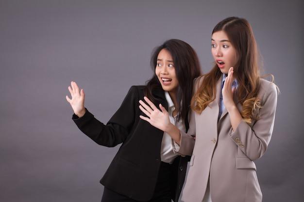 Equipe de mulheres de negócios assustadas e preocupadas enfrentando problemas