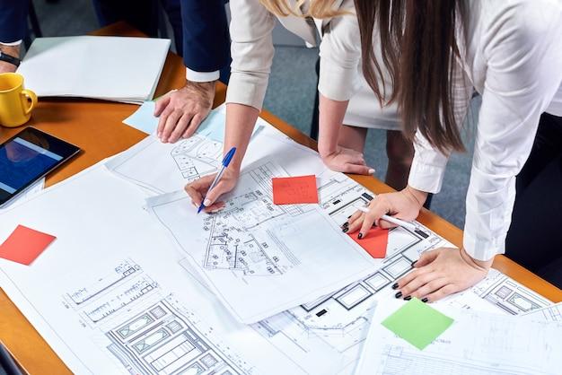 Equipe de mulheres e homens discutindo um projeto