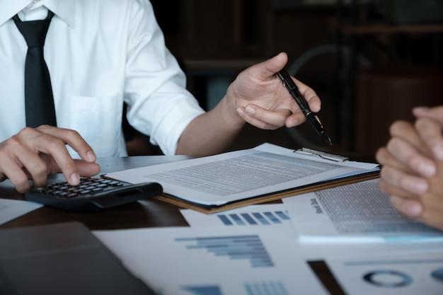 Equipe de negócios, analisando gráficos e gráficos de renda