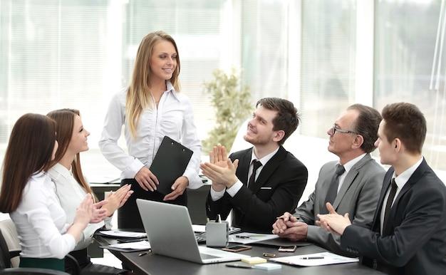 Equipe de negócios aplaudindo o palestrante na reunião