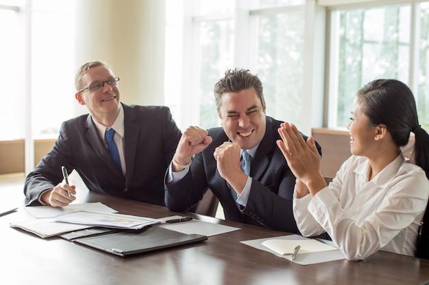 Equipe de negócios, aproveitando o sucesso na sala de reuniões