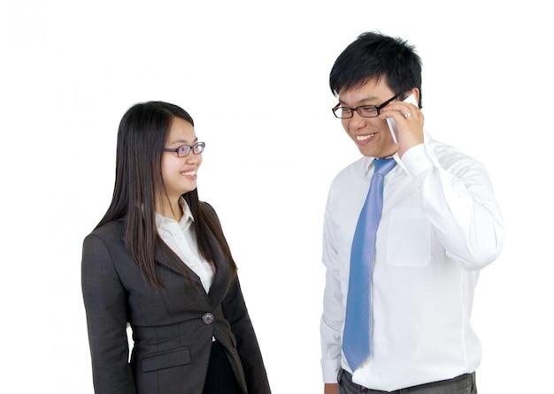 Equipe de negócios asiáticos em fundo branco