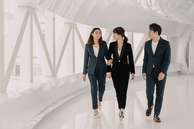 Equipe de negócios asiáticos está andando e falando