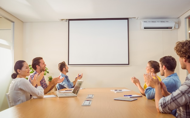 Equipe de negócios atenciosa aplaudindo após uma conferência