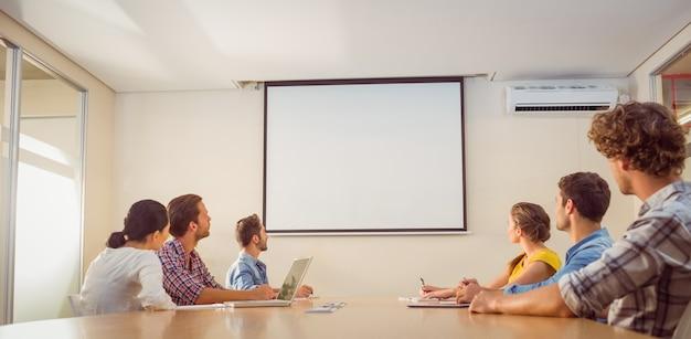 Equipe de negócios atenciosa após uma apresentação