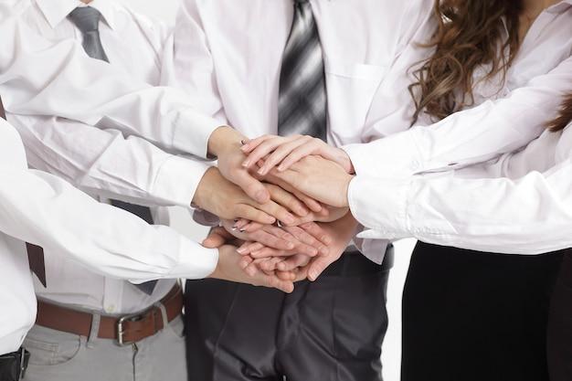 Equipe de negócios bem-sucedida de closeup mostrando sua unidade. o conceito de trabalho em equipe