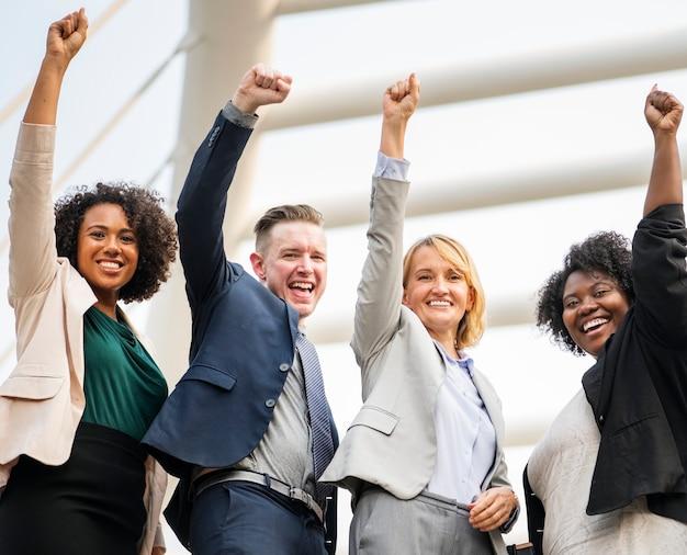 Equipe de negócios bem-sucedida e feliz