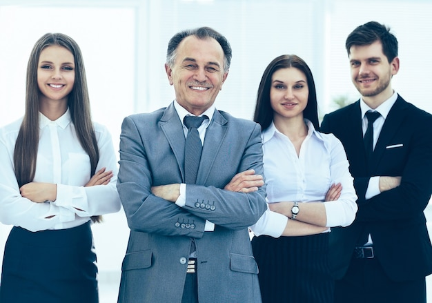 Equipe de negócios bem-sucedida em um fundo de escritórios modernos e brilhantes