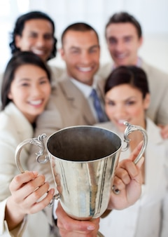 Equipe de negócios bem-sucedida mostrando sua força