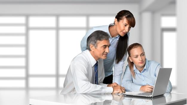 Equipe de negócios bem-sucedida trabalhando em segundo plano