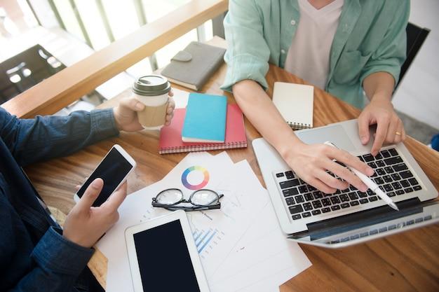 Equipe de negócios briefing estratégia de marketing com tablet, notebook e laptop, freelance writ