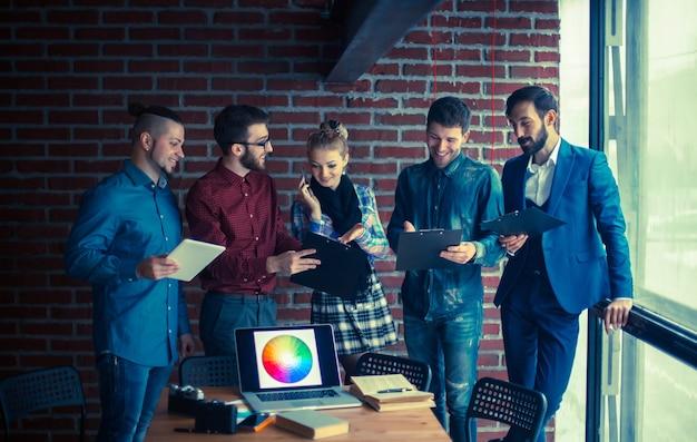 Equipe de negócios com documentos