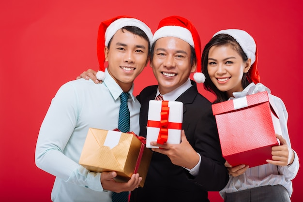 Equipe de negócios com presentes de natal
