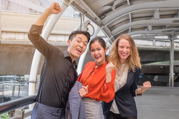 Equipe de negócios comemorando um triunfo com os braços para cima
