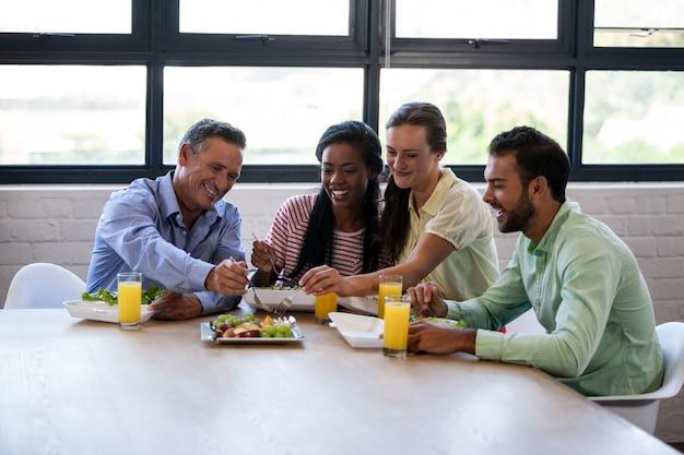 Equipe de negócios comendo juntos
