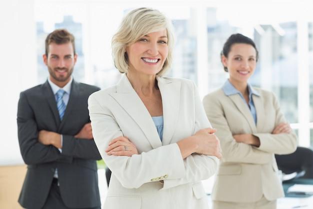 Equipe de negócios confiante com braços cruzados no escritório
