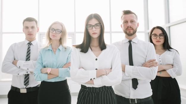 Equipe de negócios confiante no fundo de um escritório brilhante.