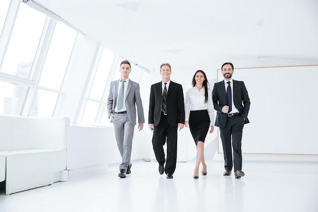 Equipe de negócios confiáveis de corpo inteiro entrando no escritório