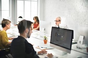 Equipe de Negócios Contate-nos Helpdesk Internet Concept