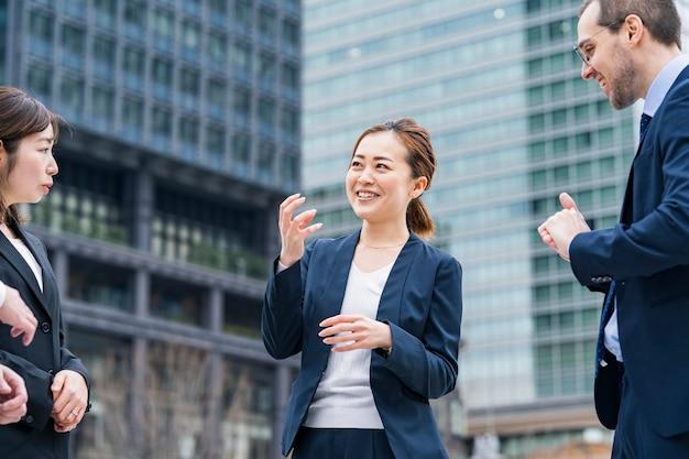 Equipe de negócios conversando em ambiente descontraído ao ar livre
