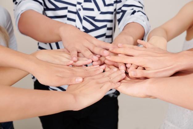 Equipe de negócios cooperando uns com os outros