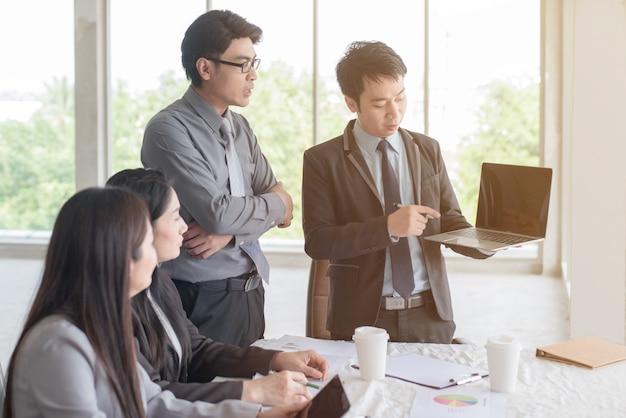 Equipe de negócios corporativos e gerente em uma reunião