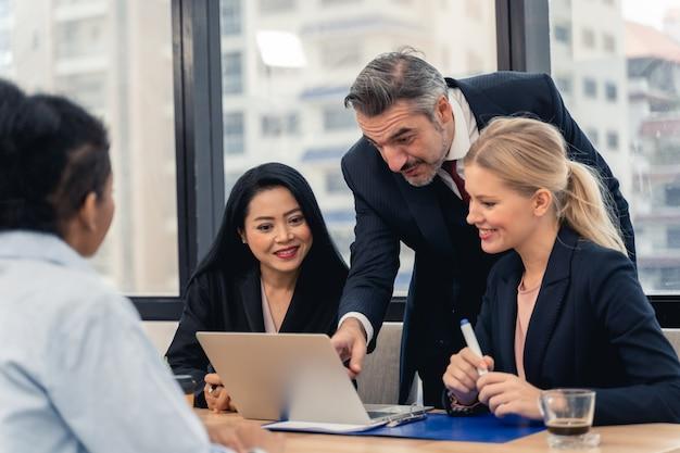 Equipe de negócios corporativos e gerente em uma reunião.