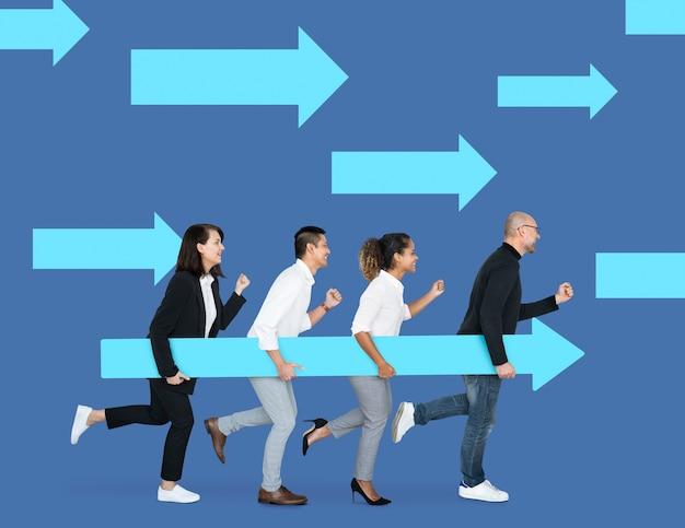 Equipe de negócios correndo na direção certa