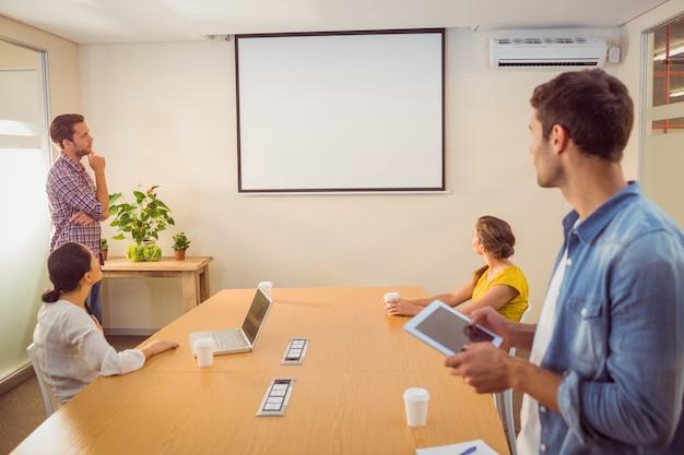 Equipe de negócios criativa fazendo apresentação