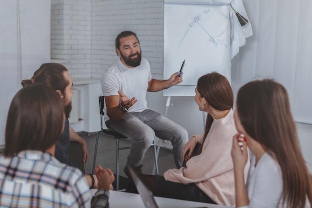 Equipe de negócios criativos trabalhando juntos no escritório