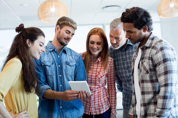 Equipe de negócios criativos usando tablet digital no escritório