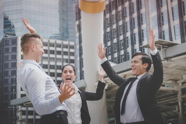 Equipe de negócios de amigos está comemorando o sucesso